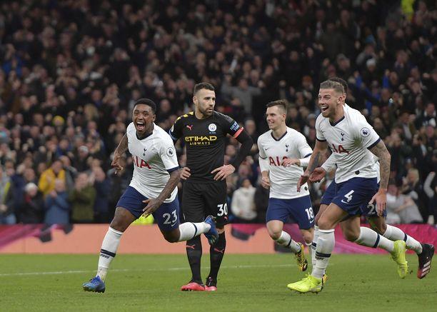 Steven Bergwijn (vas.) tuulettaa ensimmäistä maaliaan Tottenham-paidassa.