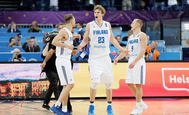 Suomi on lähellä pudotuspelipaikkaa EM-koripalloilussa.