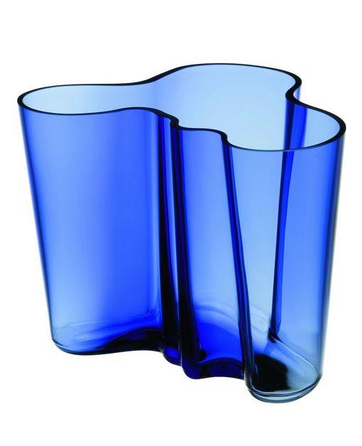 Iittalan Suomi 100 -erikoiskokoelma on ultramariininsininen. Muun muassa tämä kokoelman Aalto-maljakko on saatavilla vain vuoden 2017 ajan. Kaikki ultramariininsiniset juhlatuotteet valmistetaan Iittalan lasitehtaalla Suomessa.