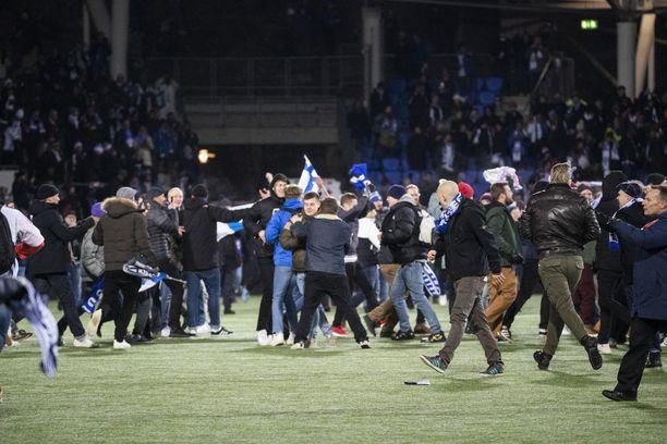 Töölön stadionin viheriö täyttyi suomalaisfaneista.