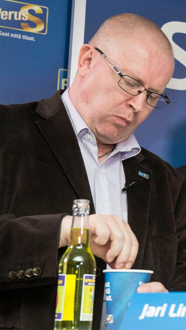 Jari Lindström joutui heti opposition hampaisiin.