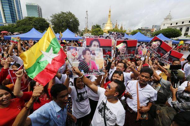 Valtionkansleri Suu Kyi nauttii huomattavaa kannatusta Myanmarissa. Tukijat olivat kokoontuneet Yangonin kaupungintalon edustalle kuuntelemaan johtajansa puhetta tiistaina.