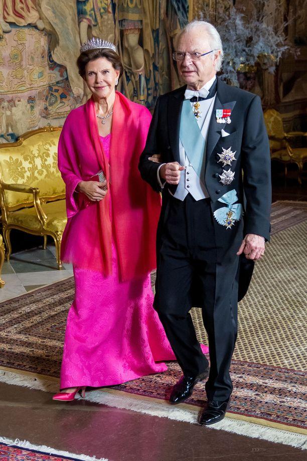 SIlvia ja Kaarle Kustaa kulkivat käsikynkkään Nobel-juhlallisuuksiin.