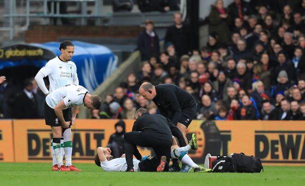 Liverpoolin Adam Lallana joutui jättämään kentän vain muutama minuutti sen jälkeen, kun oli päässyt vaihdosta sisään.