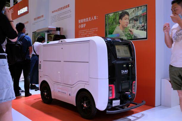 Teknologiayhtiö Damon automaattinen toimitusajoneuvo näytillä tekoälykonferenssissa Pekingissä.