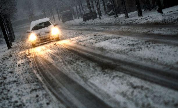 Sohjoisella tiellä pimeällä ajettaessa, ohittelusta kannattaa useimmiten luopua kokonaan, sanoo poliisi.