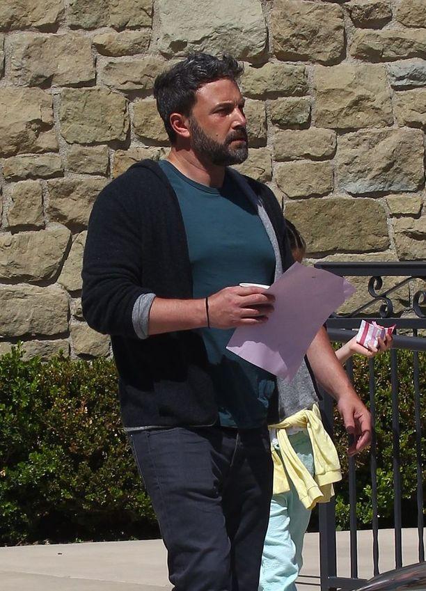 Ben Affleck matkalla kirkkoon huhtikuussa. Mukana olivat myös ex-vaimo Jennifer Garner ja pariskunnan kolme lasta.