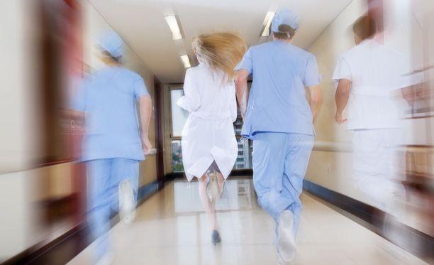 Mies oli lähtenyt hänet huomannutta vartijaa karkuun sairaalan käytäville.
