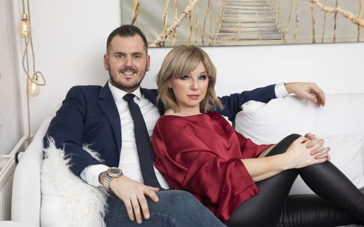 Ysärisuosikki Pandora, 49, löysi pysyvän onnen suomalaisen ex-jääkiekkoilijan Mikon, 37, kanssa – upea pari poseeraa Vantaan kodissaan