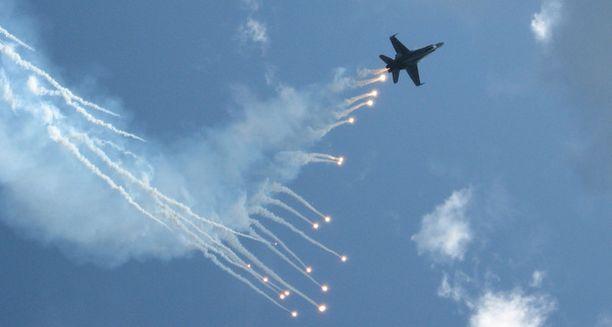 Suomen ilmavoimien F-18 Hornet hävittäjä esitti soihtuineen säväyttävää taitolentoa Malmin lentokentän ilmailutapahtumassa lauantaina 15.8.2009. Kuulosuojaimat olivat enemmän kuin tarpeen, kun kone ampaisi moottori jylisten pilviin jälkipoltin päällä.