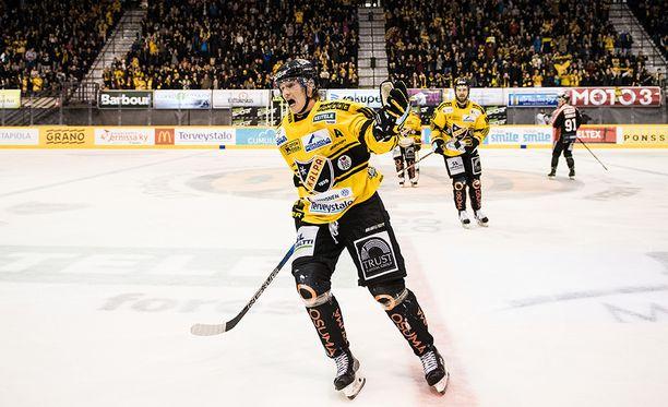 Juuso Riikola juhlii ampumaansa KalPan 2-0-maalia.