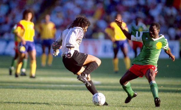 Hups! René Higuítan harhautus ei riittänyt Roger Millaa vastaan. Kamerunilainen rankaisi iskemällä helpon maalin.