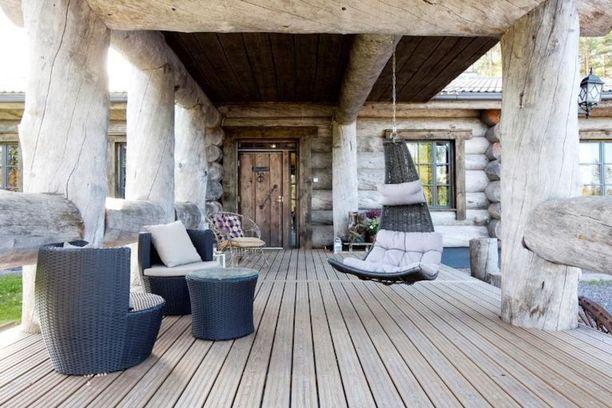 Hausjärvellä sijaitseva talo on rakennettu mammuttikelosta. Verhoilussa on käytetty jopa 500 vuotta vanhoja kelohonkia, jotka ovat halkaisijaltaan puoli metriä.