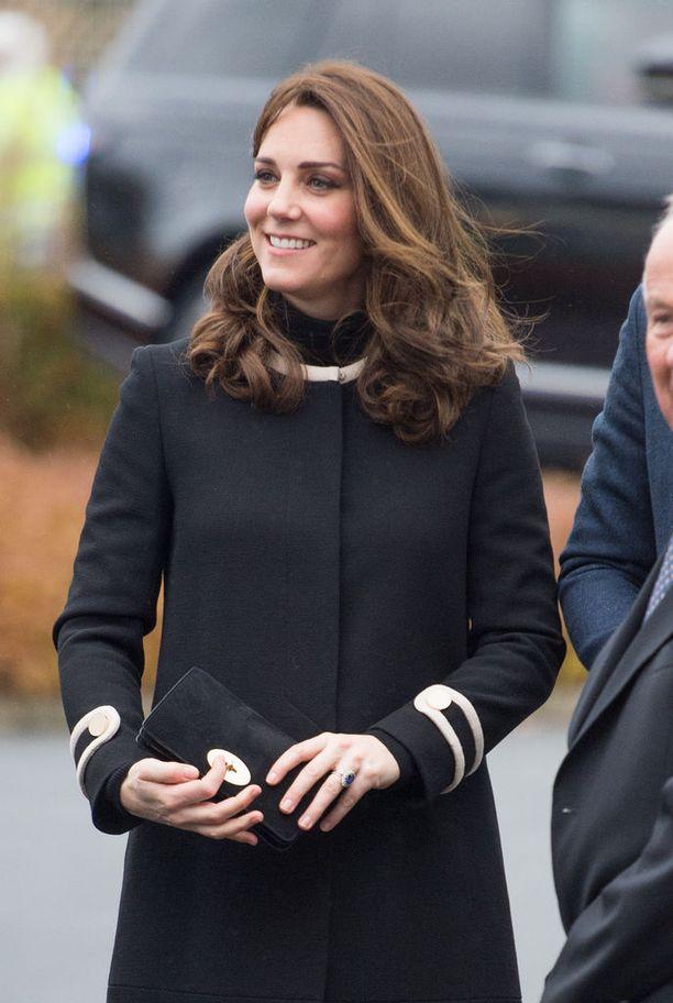 Alkuraskaus oli herttuattarelle haastava, mutta nyt Catherine jaksaa taas edustaa, ankarasta tuulesta huolimatta. Myös Georgen ja Charlotten odotus vaativat paljon lepoa.