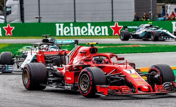 Kimi Räikkönen taistelee kisan kärjessä Lewis Hamiltonia vastaan.
