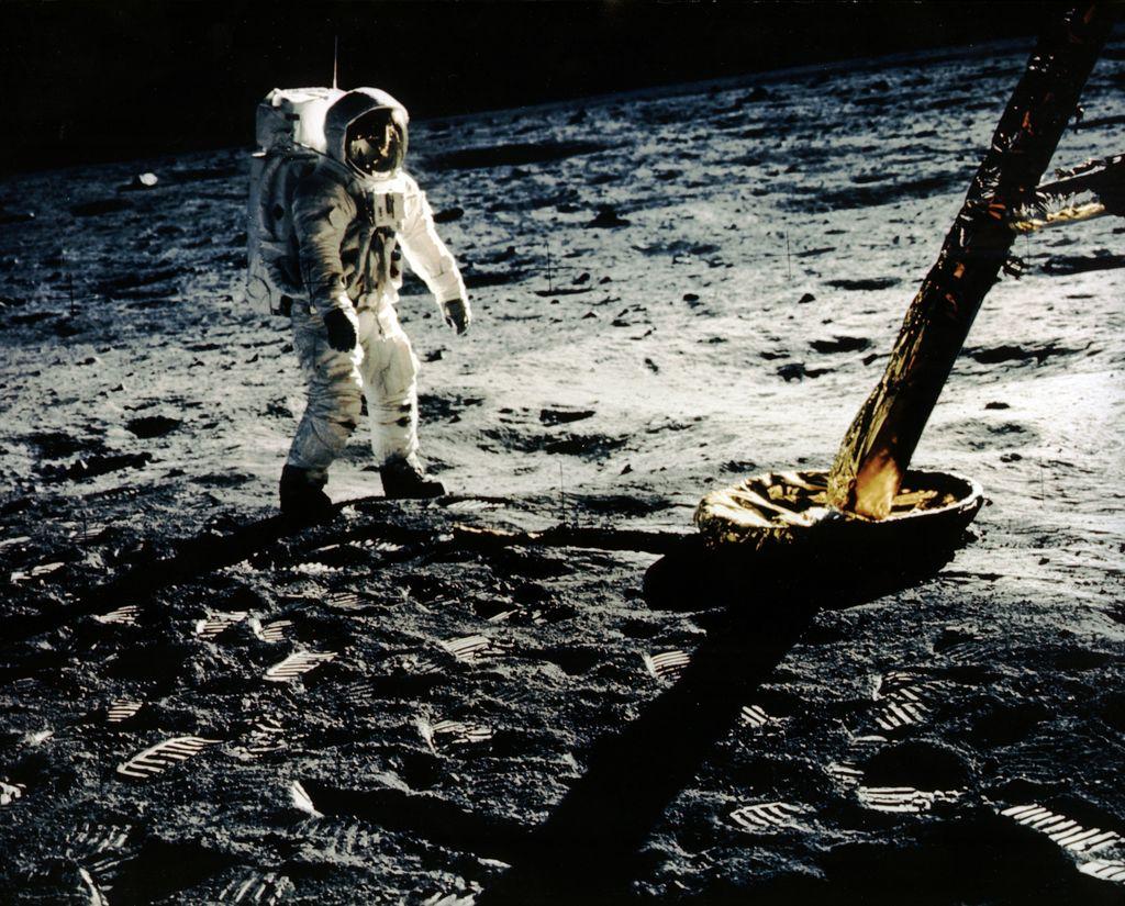 Vuonna 1969 ihmiskunta sai ihastella henkeäsalpaavan upeita kuvia ja videomateriaalia Kuusta.
