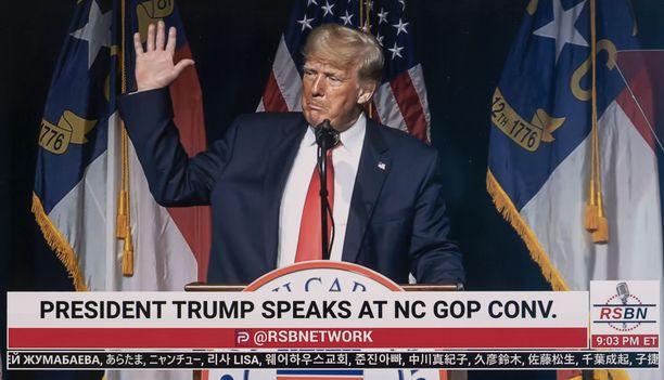 Donald Trump kertoo kirjoittavansa kirjaa.