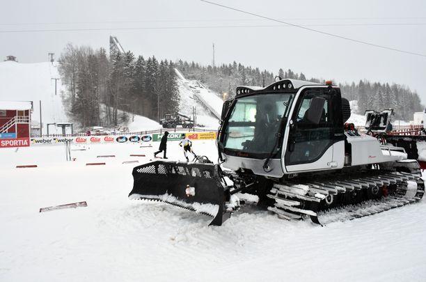 Lumikissalle on töitä SM-hiihdoissa, kun lunta tulee taivaalta.
