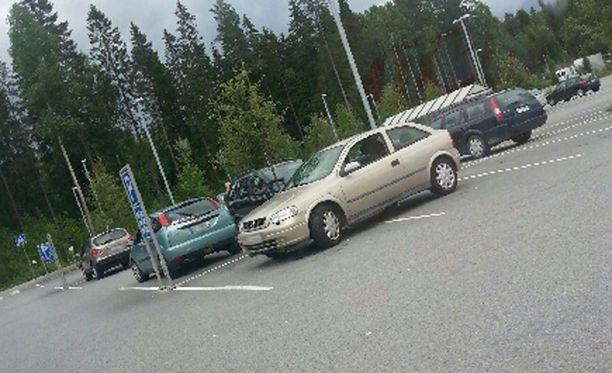 Tampereella oli lauantaina parkkeerattu auto poikittain kahteen ruutuun.