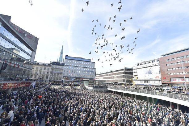 Ihmiset kerääntyivät sunnuntaina Tukholmassa Sergels Torgille vastustamaan rauhanomaisesti mieltään terrorismia vastaan.