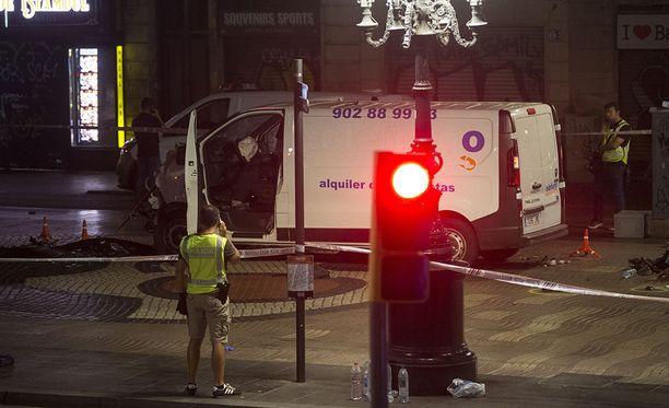 Valkoisella pakettiautolla ihmisten päälle ajanut henkilö on yhä karkuteillä, poliisi kertoo.