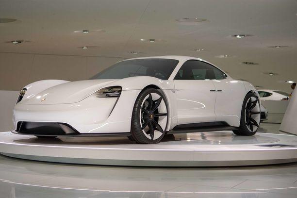 Mission E. Porschen toinen sähköautokonsepti P1:n jälkeen, Mission E, on nimeltään Taycan kun se hieman muunnetussa muodossa tulee markkinoille vuonna 2019. On mielenkiintoista nähdä, miten paljon Mission E:n linjoista on tallella.