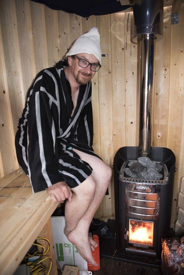 Janne Käpylehto tyytyväisenä saunalauttansa saunassa.