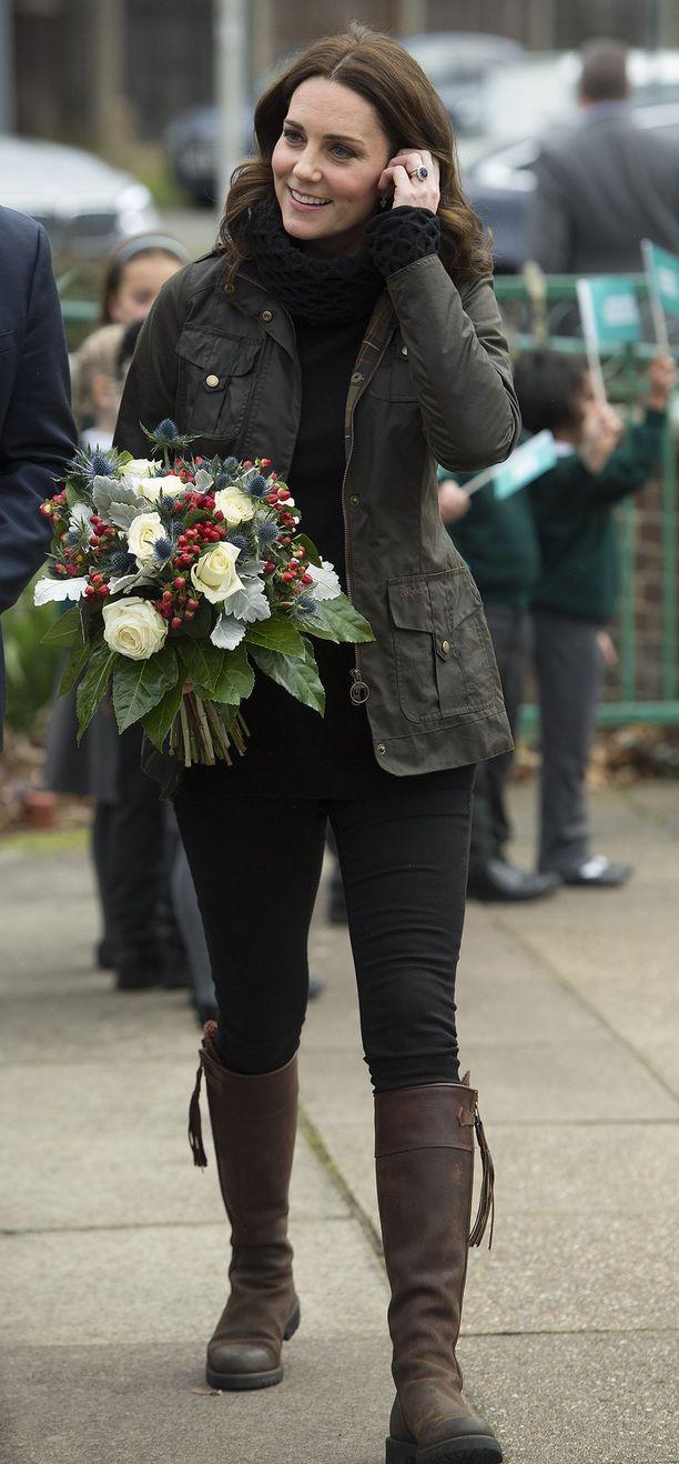 Tumman ruskeat saappaat ovat Katen rennon lookin kulmakivi. Kate kouluvierailulla Penelope Chilversin saappaat jalassa vuonna 2017.