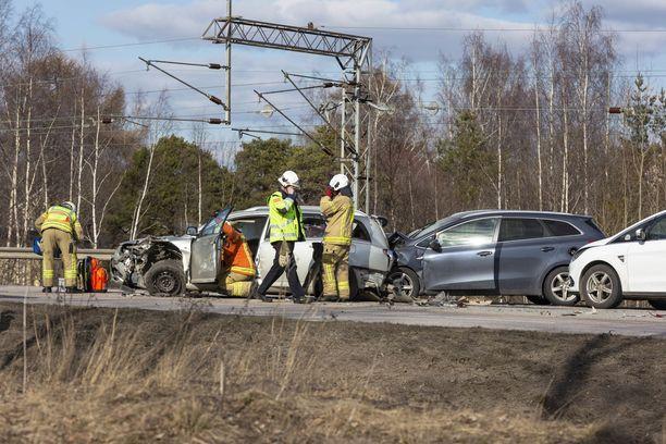 Liikenneonnettomuudessa oli osallisena rekka ja kolme henkilöautoa.