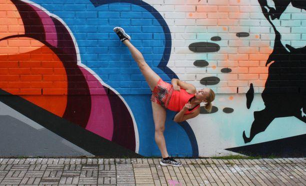 Keravalla potkitaan seinää tyylillä. Kisaan osallistuva Heta Vihro näyttää esimerkkipotkun.