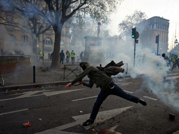 Ranskan kolmatta viikkoa jatkuneissa keltaliivien mielenosoituksissa on saanut surmansa jo neljä ihmistä.