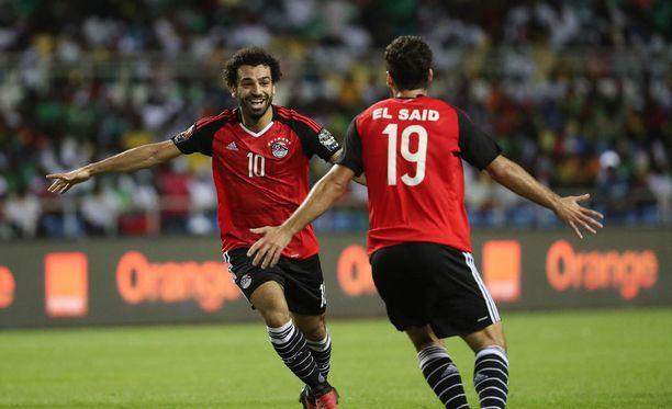 Egyptin Mohamed Salah on tehnyt maalin. Abdalla El Said onnittelee.