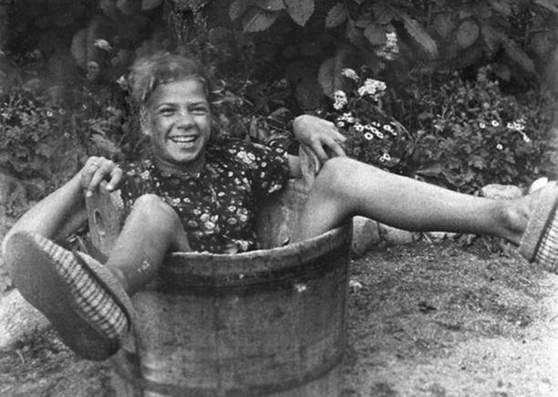 Aino-tossut Leena Härmän jaloissa 1930-luvun alkupuolella. Härmä oli tunnettu näytelmäkirjailija ja hän teki myös korkeushypyssä epäviralliset Suomen ennätykset: 1932 142 cm ja vuonna 1933 148 cm.