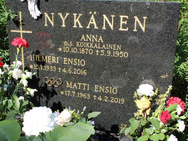 Matti Nykäsen haudalla riittää kukkia ja kynttilöitä.