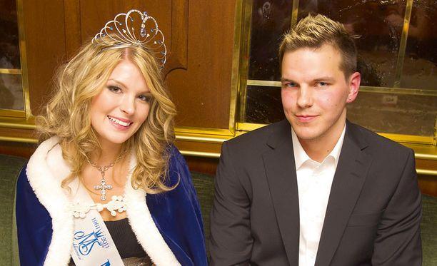 Tuore Miss Suomi poseerasi ylpeän poikaystävän rinnalla.