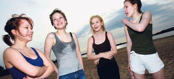 KOHTA UIMAAN Ida Korpisalo, 14, Sonja Petäjäjärvi, 14, Kerttu Virta, 14, ja Laura Vänskä, 14, viettivät koko vappupäivän uimarannalla. Tytöt vakuuttivat, että talviturkki lähtee heti, kun veden lämpötila vähän nousee.