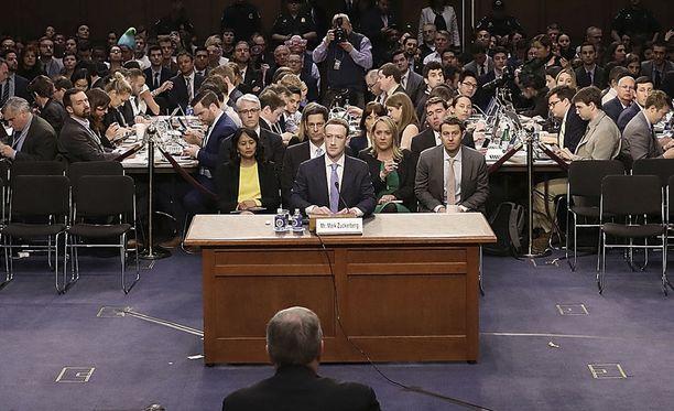 Facebookin toimitusjohtaja Mark Zuckerberg kongressin kuultavana.