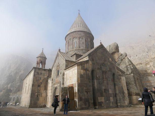 Geghardin luostarin komeita rakennuksia.