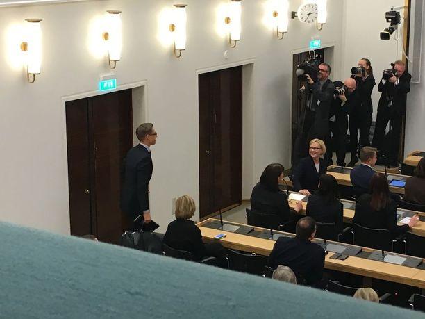 Ex-pääministeri Alexander Stubb poistui paikalta kesken Bengt Holmströmin puheen.
