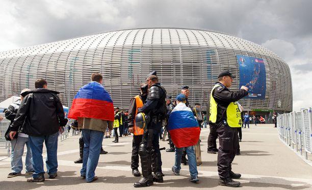Lillessä stadionin ulkopuolella faneja odotti iso joukko poliiseja.