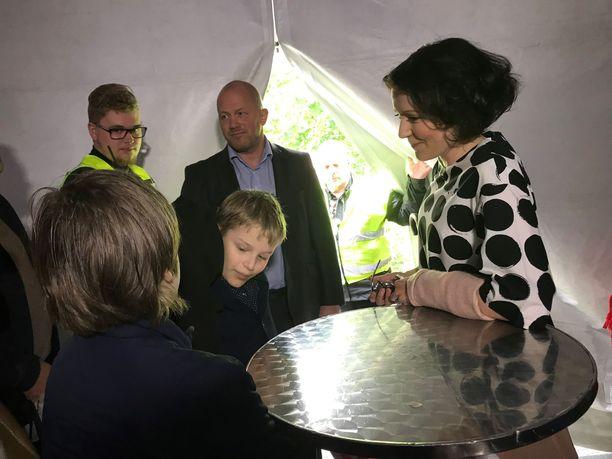 Arvo ja Pekka Rajala pohtivat tarkkaan haastattelukysymyksiä Jenni Haukiolle.