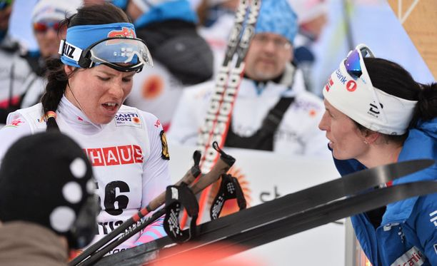 Krista Pärmäkosken tyytymättömyys suksiin paistaa Marit Björgenin kanssa käydystä keskustelusta otetusta kuvasta.