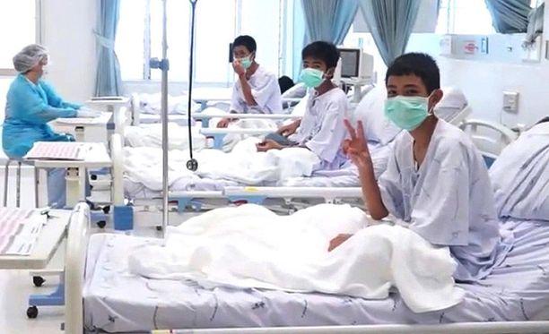 Thaimaassa osa luolasta pelastetuista pojista on nähnyt vanhempansa lasin läpi.