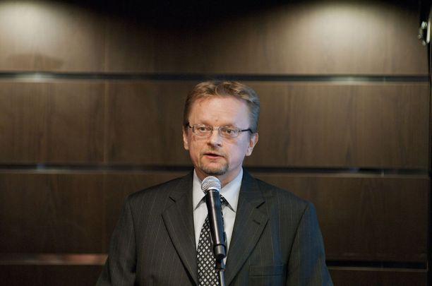 Professori Timo Rothoviuksen mukaan piilotettuja omistuksia voidaan käytännössä verottaa vain, jos omistaja itse kertoo verottajalle omistuksistaan.