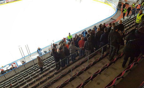 Synergia-areenan katsomoa tyhjennettiin yleisöstä.