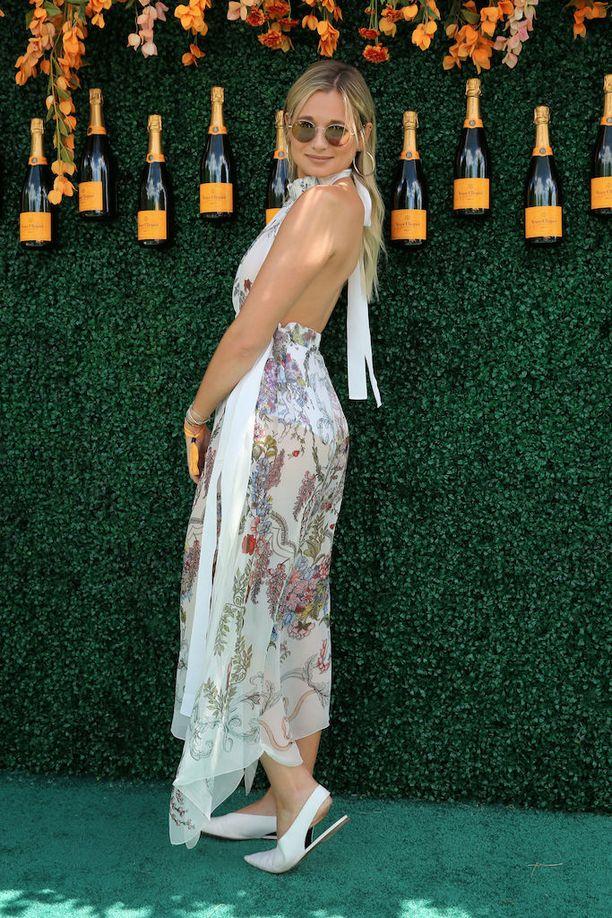 Muotibloggaaja Danielle Bernsteinin kesäinen juhlalook on taatusti mukava: sirot matalat kengät ja hulmuava mekko.