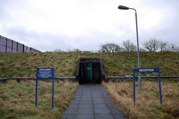 Ydinbunkkerin sisäänkäynti on piilotettu kumpareen alle.