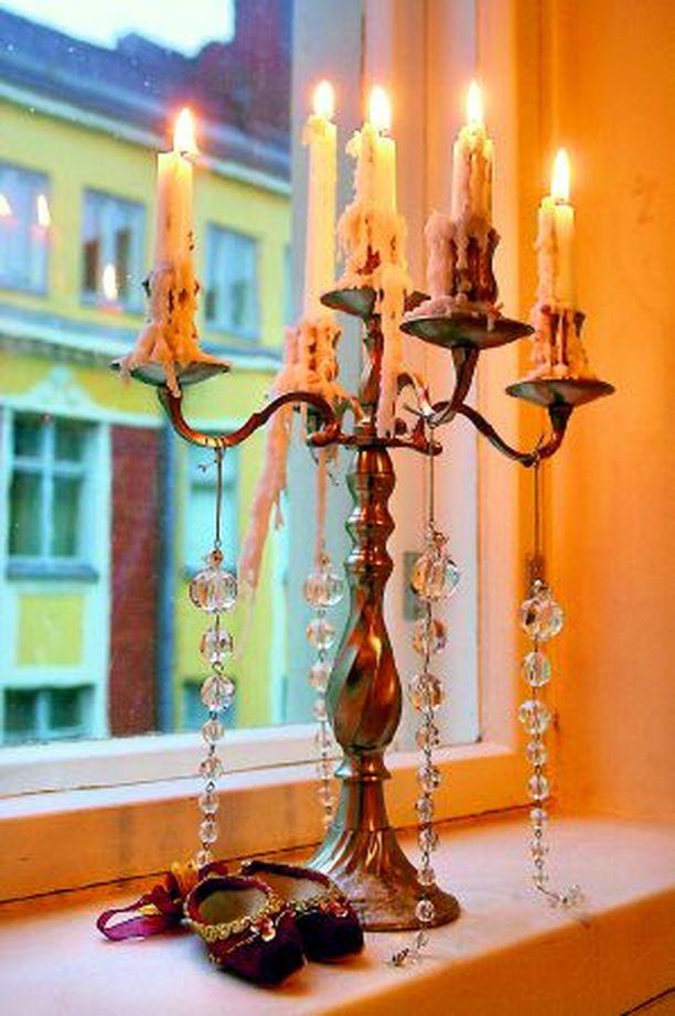ROMANTTISTA Kynttilänjalka on saanut lisäsäihkettä somistekristalleista à 1 € ja samettisista balettitossuista 3,90 €, Stockmann.