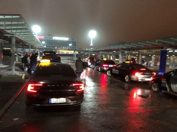Lentokentällä taksikuskit saattavat joutua odottamaan pitkään, ennen kuin pääsevät varsinaiselle taksiasemalle.