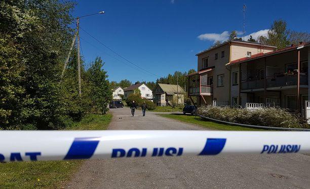 Poliisi eristi Mäntyharjun rikospaikan teknistä tutkintaa varten tapahtumien jälkeen.